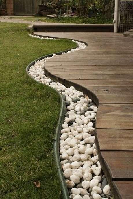 74. As pedras para jardim contornam todo o deck de madeira. Fonte: Pinterest