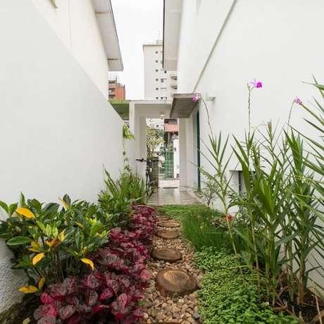 73. As pedras para jardim dão vida para o quintal da casa. Fonte: DT Estúdio