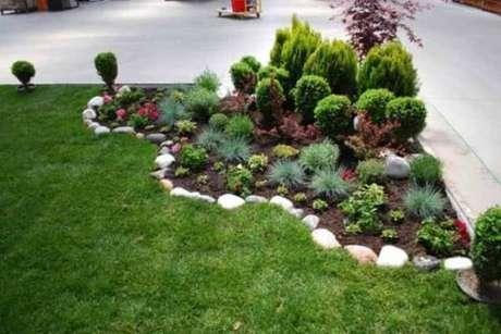 72. As pedras para jardim delimitam o espaço das plantas no quintal. Fonte: Pinterest