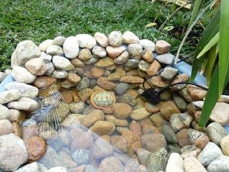 67. As pedras para jardim formam contornos e formatos lindos no seu quintal. Fonte: Pinterest
