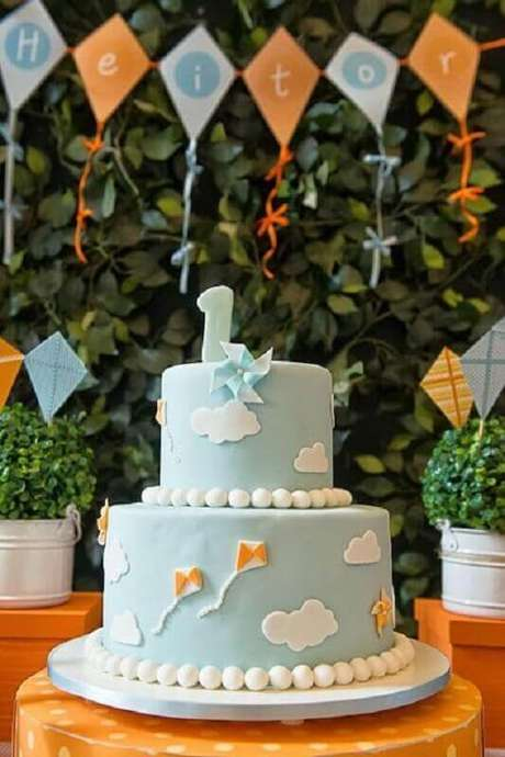 35. Lindo bolo para festa pipas e catavento como temas de mesversário – Foto: Pinterest