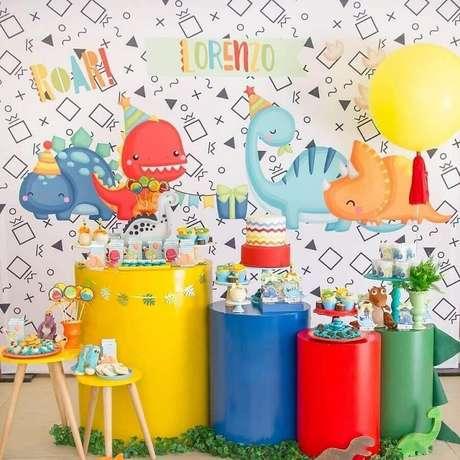 3. Decoração colorida para temas de mesversário festa dinossauros – Foto: D'Athelier By Dani