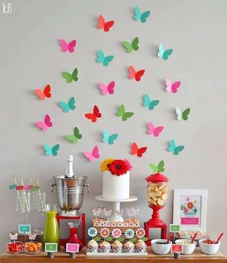 1. Já pensou em usar borboletas de papel como temas de mesversário – Foto: Pinterest