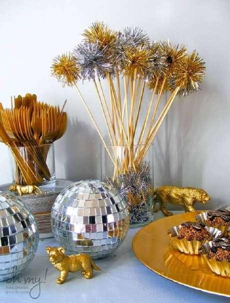 37. O prato e o dourado devem ser usados na decoração de Ano Novo como temas de mesversário – Foto: Entre na Festa