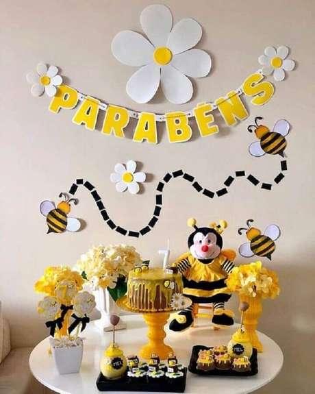 42. Os temas de mesversário abelhinhas são lindos e deixam o ambiente com um toque lúdico – Foto: Sou Mãe