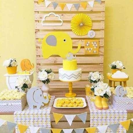 26. Decoração em amarelo e cinza como temas de mesversário elefantinho – Foto: Sou Mãe