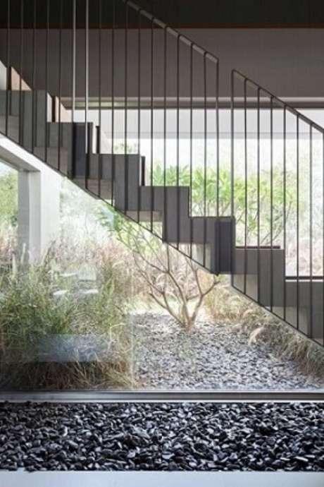 43. Escada com pedras para jardim escuras embaixo. Projeto de Consuelo Jorge