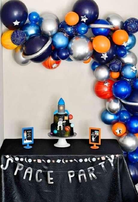 11. Linda decoração de festa astronauta como temas de mesversário – Foto: A Revista da Mulher