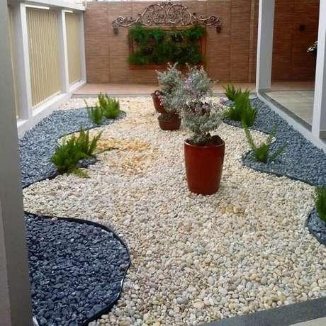 71. Forme lindos desenho no quintal usando diferentes tonalidades de pedras para jardim. Fonte: Pinterest