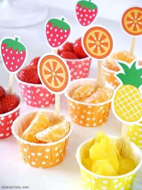 29. Frutas não podem ficar de fora da festa tropical como ideias de tema para mesversário – Foto: Bird's Party
