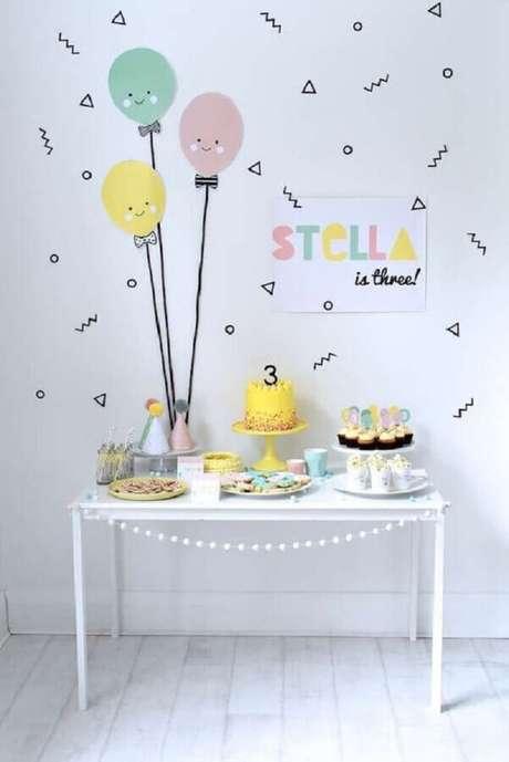 52. Linda decoração para temas de mesversário simples com detalhes minimalistas coloridos – Foto: Catch My Party