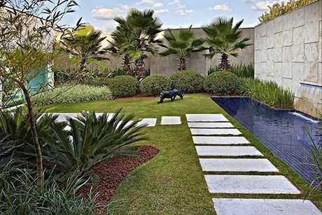 5. Placas de mármore usadas para formar o caminho no jardim do projeto de Glaucia Britto