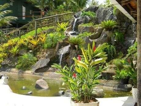 57. Cascata com estrutura de pedras para jardim. Projeto de Paula Freitas