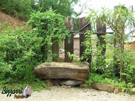 8. Pedras para jardim como banco e no chão. Projeto de Pedras Bizzarri