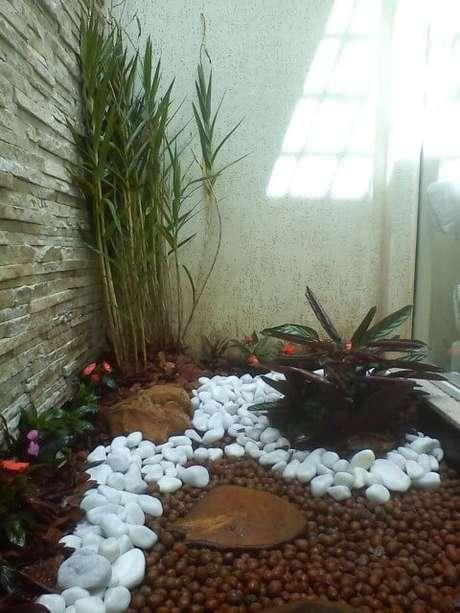 4. Aqui vemos a combinação de dolomitas brancas com argila expandida. Projeto de Cadeiras Jardins