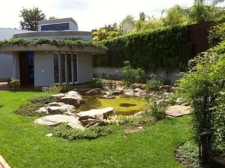 54. Pedras para jardim em mini lago no quintal. Projeto de Biopet