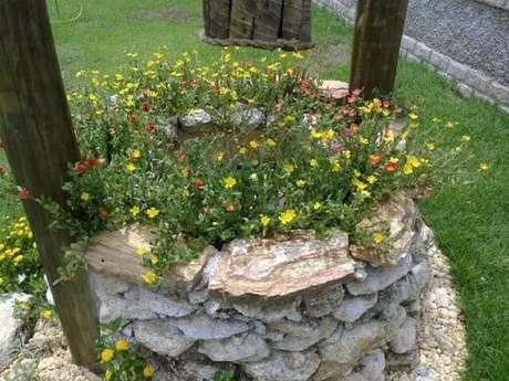 58. Poço feito de pedras para jardim. Projeto de Atelier de Paisagem