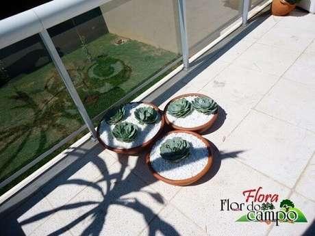 53. Pedras para jardim brancas em vasos de barro de suculentas. Projeto de Flora Flor do Campo