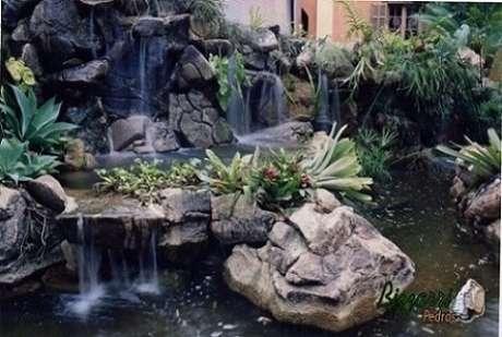 50. Pedras para jardim grandes em lago ornamental com cascatas. Projeto de Pedras Bizzarri