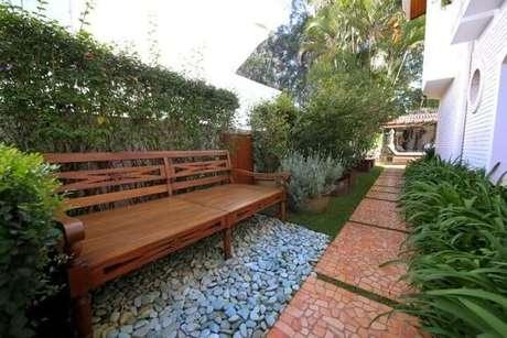 30. Pedras para jardim sob banco de madeira. Meyer Cortez