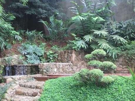31. Cascata com estrutura de pedras. Alalou Paisagismo