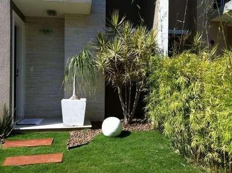 70. Procure usar as pedras para jardim maiores onde há plantas maiores. Fonte: Eder Mattiolli Paisagismo