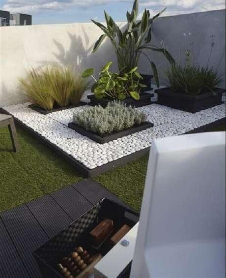 68. Reserve um espaço na sua área de lazer pequena para formar um linda composição de pedras para jardim. Fonte: Pinterest
