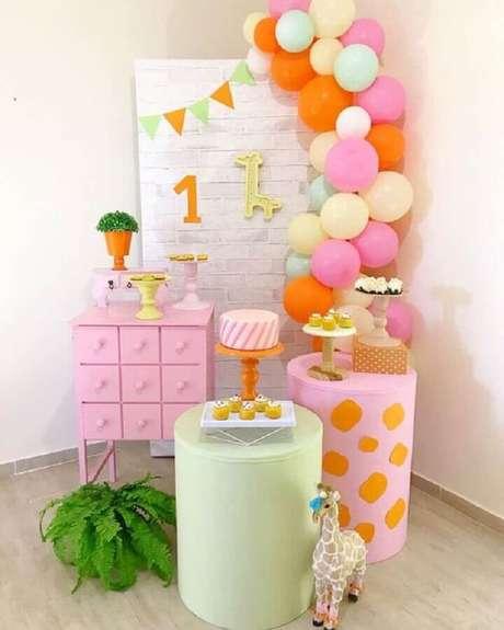 56. Temas de mesversário com decoração bem colorida – Foto: A Minha Festinha