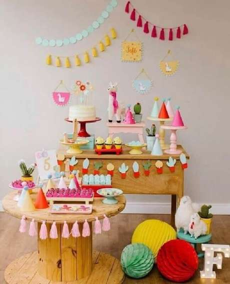 54. Se optar por lhamas como temas de mesversário invista em detalhes bem coloridos – Foto: Pinterest