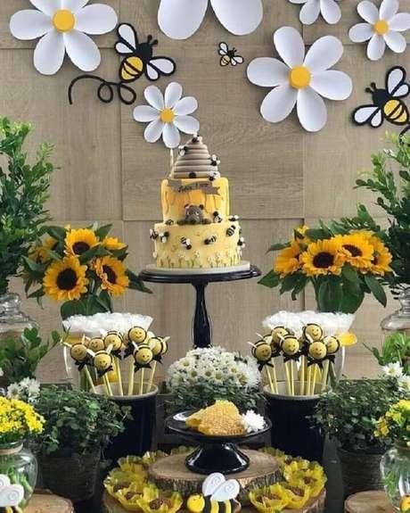 58. Linda decoração para festa abelhinhas como temas de mesversário – Foto: Pinterest