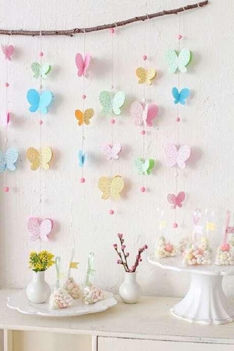 61. Decoração delicada com borboletas de papel coloridas para temas de mesversário simples – Foto: Blog Caderninho da Mamãe