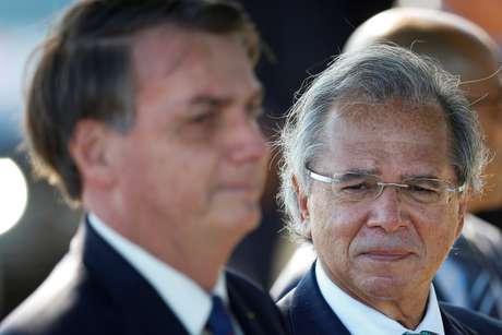 Presidente Jair Bolsonaro e ministro da Economia, Paulo Guedes, em frente ao Palácio da Alvorada 27/04/2020 REUTERS/Ueslei Marcelino