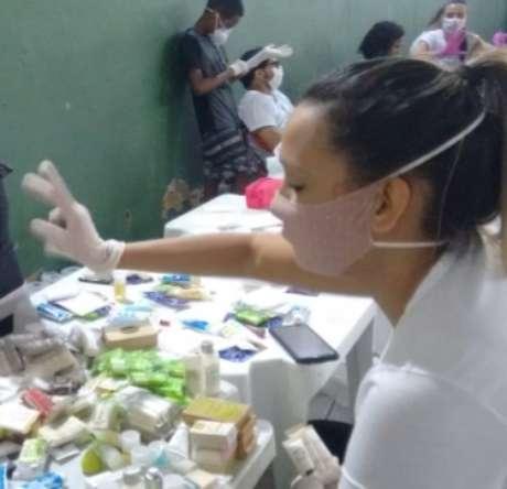 Montagem de kits higiênicos com a participação de crianças e jovens nas favelas onde é distribuído o sopão
