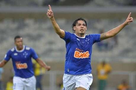 Goulart ainda deixa saudades no torcedor da Raposa, que viu o jogador ajudar o time estrelado a ser bicampeão Brasileiro, em 2013 e 2014-(Foto: Douglas Magno)
