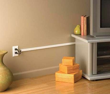 7. Como esconder fios na parede com canaletas. Fonte: Pinterest