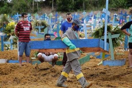 Movimentação no cemitério Parque de Manaus, na manhã desta quarta-feira (28), bairro Tarumã, zona oeste da cidade de Manaus.