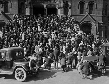 A congregação orando nos degraus da Catedral de Santa Maria da Assunção, onde se reuniram para ouvir missas e orar durante a epidemia de gripe, em San Francisco, Califórnia