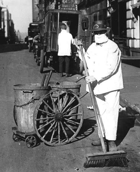 Um funcionário de limpeza pública na cidade de Nova York usa uma máscara para ajudar a controlar a propagação da epidemia de gripe, em outubro de 1918 (Foto de PhotoQuest/Getty Images)