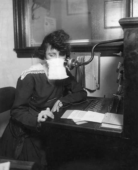 Operadora de telefonia com gaze protetora no rosto