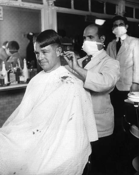 Barbeiros tomaram precauções para conter a infecção, com uso de máscara