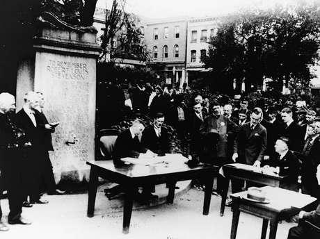 Tribunal realiza reunião ao ar livre em um parque devido à epidemia em San Francisco, 1918. (Foto de Hulton Archive / Getty Images)