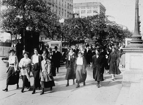 Mulheres do Departamento de Guerra faziam caminhadas de 15 minutos para respirar ar fresco todas as manhãs e noites