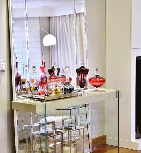 36. A combinação de vidro e espelho traz sofisticação para a sala de estar. Fonte Renato Mello Arquitetura