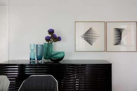 34. A textura do aparador preto para sala de jantar chama a atenção no ambiente. Projeto de Erica Salguero