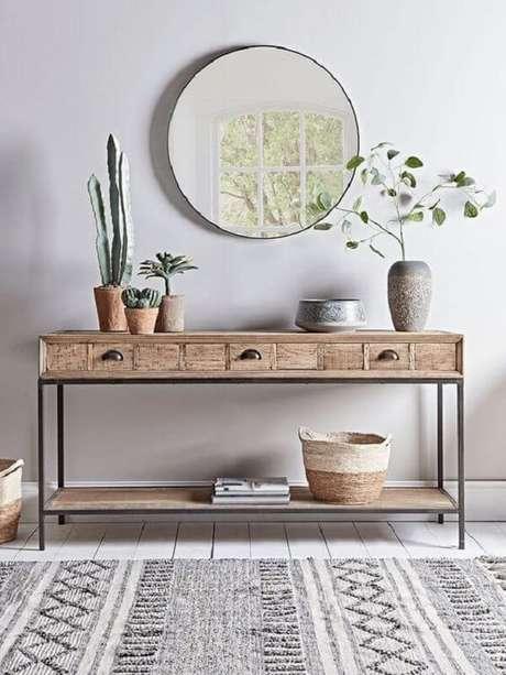92. Aparador de ferro com tampa de madeira para sala de estar. Fonte: Pinterest
