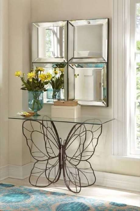 29. Aparador de ferro para sala de estar com base em formato de borboleta. Fonte: Pinterest