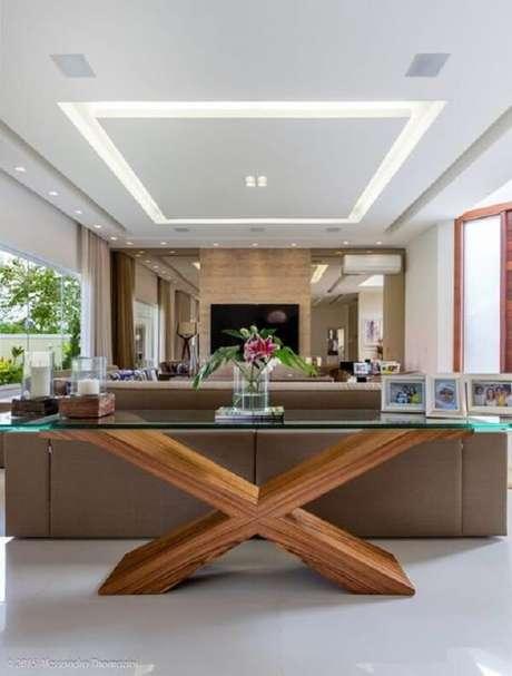93. Aparador de vidro para sala de estar com base de madeira. Fonte: Pinterest