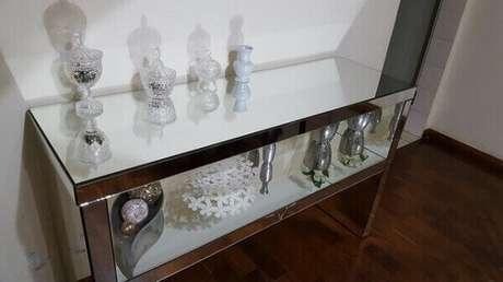 77. Aparador espelhado com nicho abriga vários objetos decorativos. Fonte: Pinterest
