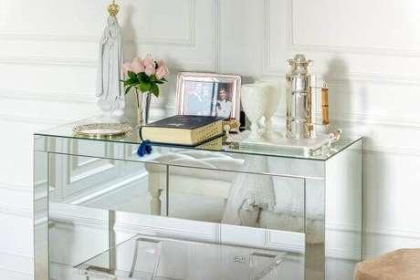 94. Aparador para sala pequena espelhado dá a sensação de amplitude. Fonte: Pinterest