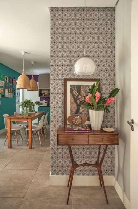 82. Aparador para sala de madeira com vaso de flores. Fonte: Pinterest